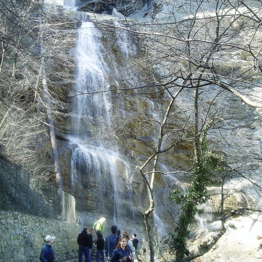 Туристы у водопада Учан-Су